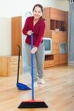 Зрелая женщина подметая пол Стоковые Фотографии RF