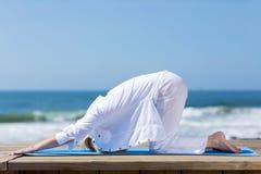 Зрелая женщина протягивая пляж Стоковые Изображения