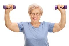 Зрелая женщина работая с гантелями Стоковые Изображения RF