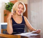 Зрелая женщина с финансовыми документами Стоковые Изображения