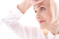 Зрелая задумчивая женщина смотрит в сторону Стоковые Изображения RF