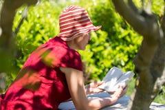 Зрелая книга чтения женщины Стоковое Изображение RF