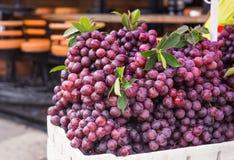 Зрелая красная виноградина с листьями стоковое фото rf