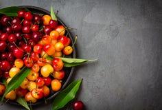 Зрелая красная и желтая вишня на черной плите Взгляд сверху Стоковые Изображения RF