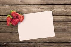 зрелая клубника и бумага чистого листа Стоковые Фотографии RF