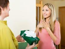 Зрелая мать представляя подарок к взрослой дочери Стоковое фото RF