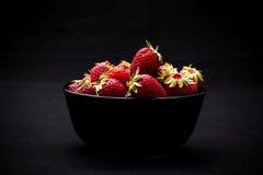Зрелая свежая клубника в шаре на черноте Стоковая Фотография