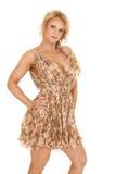Зрелая стойка платья цветка женщины серьезная стоковые изображения rf