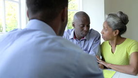 Зрелая черная встреча пар с финансовым советником дома сток-видео