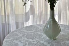 Зрелище белых занавесов, ваз и одежды таблицы Стоковые Фотографии RF