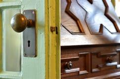 Зрелище деревянной двери в комнате Стоковое Фото
