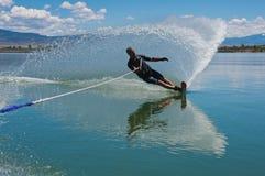 Зрелое катание на водных лыжах слалома человека Стоковое Изображение RF