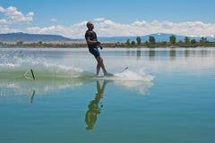 Зрелое катание на водных лыжах слалома человека стоковые изображения rf