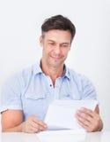 Зрелое письмо чтения человека Стоковые Изображения RF
