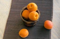 Зрелые абрикосы в ведре Стоковое Изображение RF