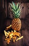 Зрелые ананасы на деревянном столе с stubs ананаса Стоковые Изображения