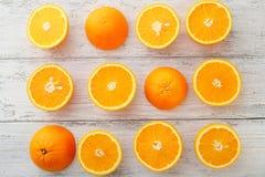 Зрелые апельсины на белых досках Стоковое фото RF