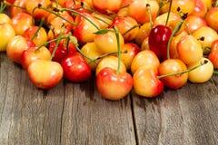 Зрелые более ненастные вишни на постаретой лесистой таблице Стоковая Фотография