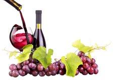 Зрелые виноградины, бокал и бутылка вина Стоковые Фотографии RF