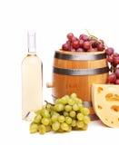 Зрелые виноградины, бочонок и бутылки вина Стоковые Фото