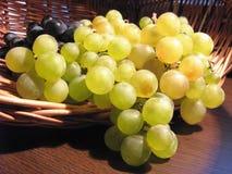 Зрелые виноградины в корзине Стоковые Изображения RF