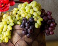Зрелые виноградины в корзине wicker Стоковая Фотография RF