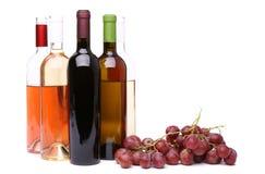Зрелые виноградины и бутылки вина Стоковые Изображения RF