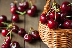 Зрелые вишни в корзине корзины wicker Стоковые Фото