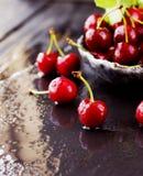 Зрелые вишни или вишня на черной каменной предпосылке, селективном фокусе Стоковое Изображение RF