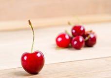 Зрелые вишни на деревянной предпосылке Стоковая Фотография