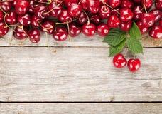 Зрелые вишни на деревянном столе Стоковое Фото