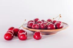 Зрелые вишни на плите Стоковое Изображение