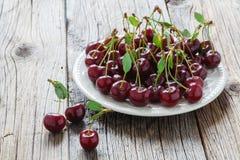 Зрелые вишни на плите Стоковые Фото