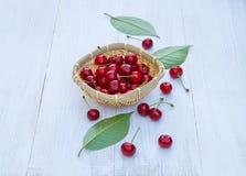 Зрелые вишни на старом деревянном столе Стоковые Изображения