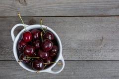 Зрелые вишни на старом деревянном столе Стоковое Изображение