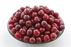 Зрелые вишни на стеклянном блюде Стоковые Фотографии RF