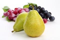 Зрелые груша и виноградины Стоковые Фотографии RF