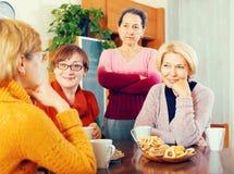 Зрелые женщины выпивая чай Стоковая Фотография RF
