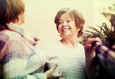 Зрелые женщины говоря на патио Стоковое Изображение