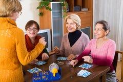 Зрелые женщины с игрой таблицы стоковая фотография rf