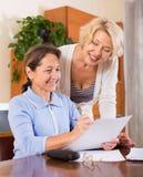 Зрелые женщины с документами Стоковые Изображения RF