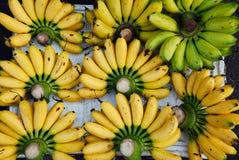 Зрелые желтые бананы на рынке Стоковое фото RF