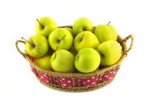 Зрелые желтые яблоки в длинном коричневом iso плетеной корзины Стоковые Изображения RF
