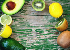 Зрелые киви, лимон и авокадо отрезали в куски Стоковое Фото