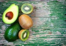Зрелые киви и авокадо на таблице Стоковые Изображения RF