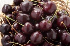 Зрелые красные вишни в корзине Стоковая Фотография