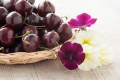 Зрелые красные вишни в корзине стоковое фото rf