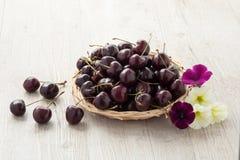 Зрелые красные вишни в корзине Стоковое Фото