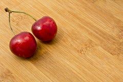 Зрелые красные вишни плодоовощ на борту Стоковое Изображение RF