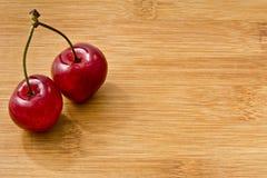 Зрелые красные вишни плодоовощ на борту Стоковая Фотография